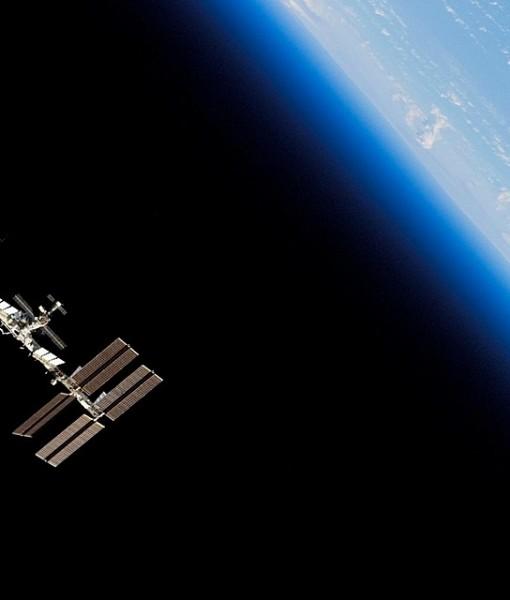 Фотообои Спутник на орбите Земли (ID 6212)