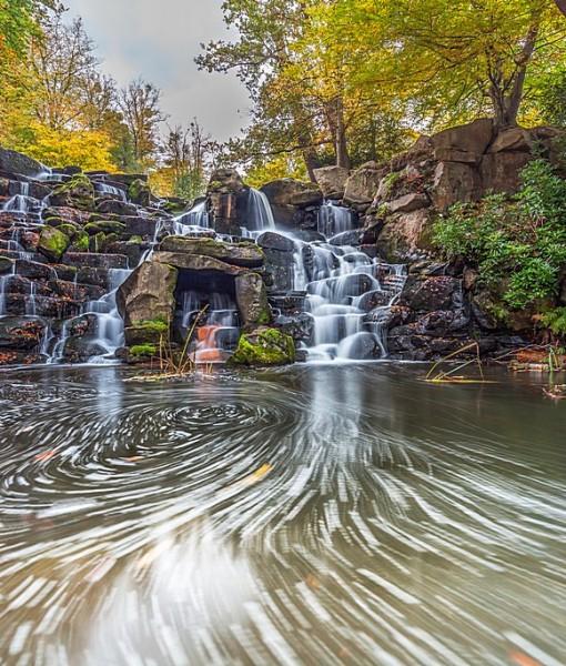 Фотообои Небольшой водопад в парке (ID 7972)