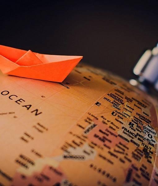 Фотообои Бумажный кораблик на глобусе (ID 16569)